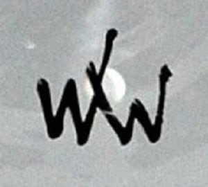 """Rakousko, Künstlerwerkstätte der Wiener Werkstätte, návrh Hilde Jesser, okolo 1920. Váza z bezbarvého tenkostěnného skla, tvarovaná ve formě, zvoncovitá hladká kupa vyrůstá z kruhové patky. Váza je zdobena dekorem zlacených siluet, který doplňují motivy zjednodušeně stylizovaných vegetabilních prvků. Zn. černě """"WW"""""""