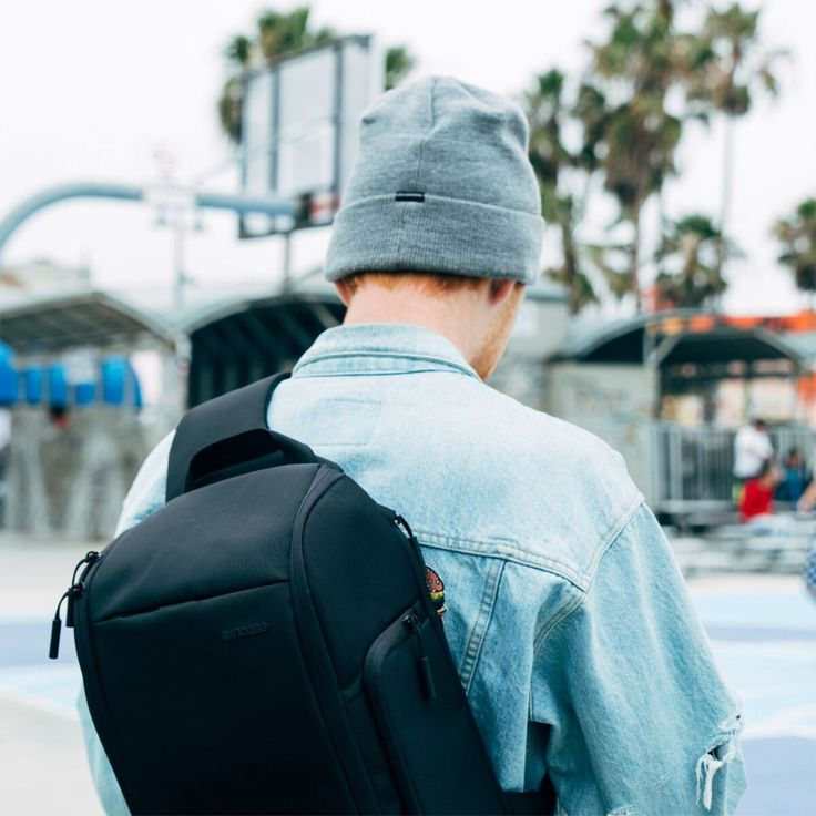 Incase Capture Sling Pack. Featuring a sling back strap for comfortable portability.