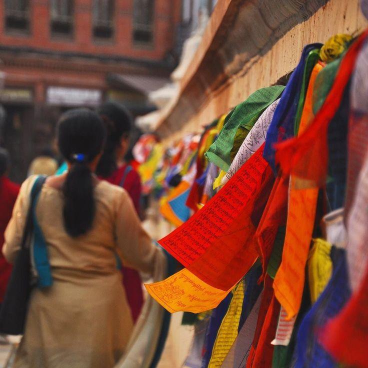 Preghiere mosse dal vento allo stupa di Boudhanath #nepalroutes ogni bandiera porta scritta una preghiera buddista il mantra preghiera dell'universo e i colori simboleggiano gli elementi: rosso per il fuoco blu per il cielo bianco per l'aria giallo per la terra e verde l'acqua. www.nepalroutes.com #visitnepal