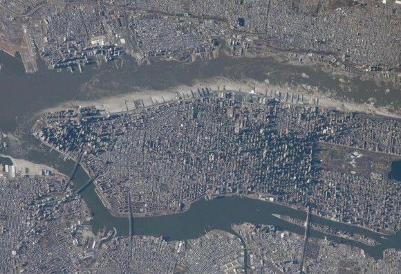 Manhattan , con su larga y estrecha Central Park fácilmente visibles en el lado derecho de la foto , vista desde la Estación Espacial Internacional el 9 de enero de 2014, fotografiado por uno de los miembros de la tripulación Expedición 38 . (NASA )