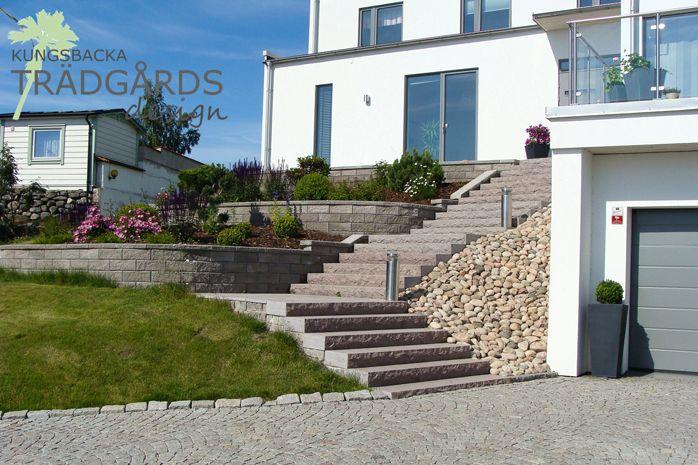 Stor höjdskillnad mellan uppfart och entré gjorde att stödmurar och terrasser fick jämna ut nivåskillnader.