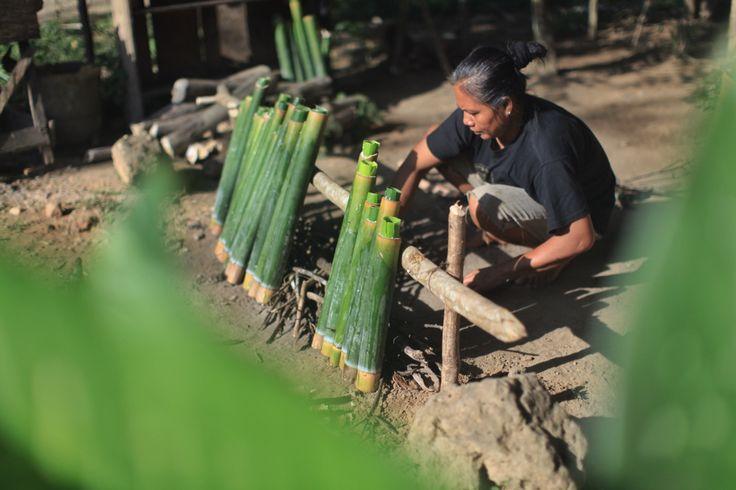 Ibu Johan mempersilakan Pembakaran Nasi Bambu