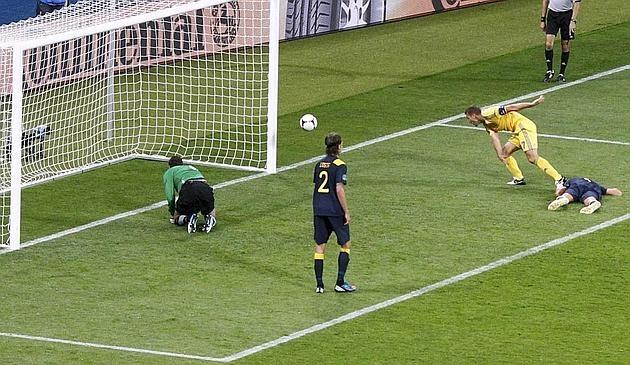 Andriy Shevchenko, 35 anni, segna il gol dell'1-1.