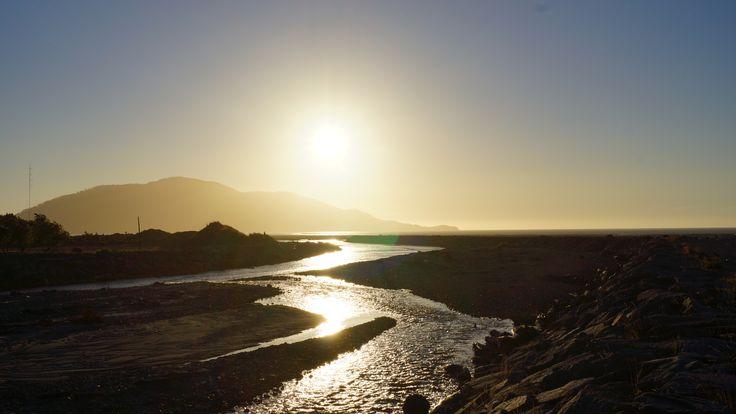 Tarde en la desembocadura del río Blanco, Chaitén, Chile.