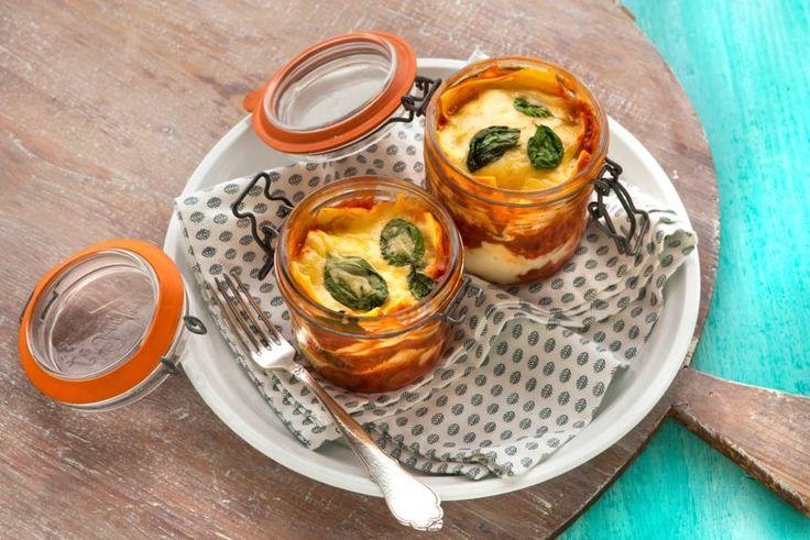 Maak deze lasagnepotjes van tevoren klaar, dan hoef je ze alleen nog op te warmen in de magnetron en kun je ze binnen 5 minuten serveren - Recept - Allerhande