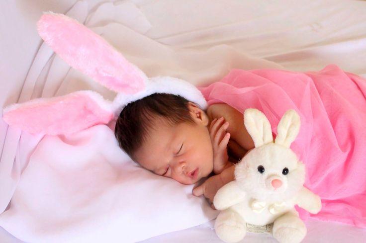 Newborn de menina com tema Páscoa