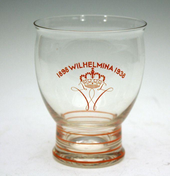 A. D. Copier - jubileumvaasje Wilhelmina 1938, Leerdam Een blankglazen vaasje met oranje email beschildering, ter gelegenheid van het 40-jarig regeringsjubileum Wilhelmina. Hoogte ca 11 cm. Diameter ca 8,5cm.