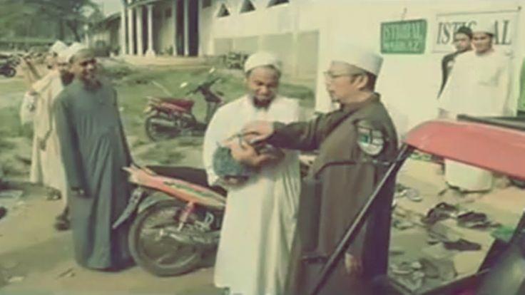 Apakah Boleh Bertawasul Dengan Amalan Orang Lain - KH Uzairon - Al Fatah...