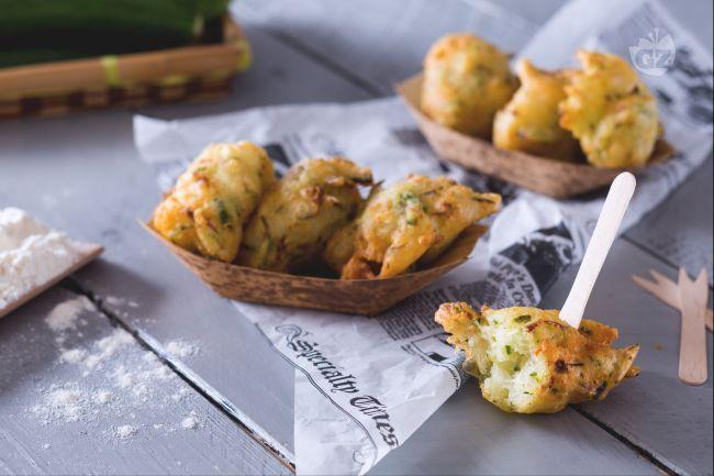 Le frittelle di zucchine sono bocconcini saporiti e fragranti, croccanti all'esterno e morbidi all'interno, perfetti come antipasto o per un buffet!