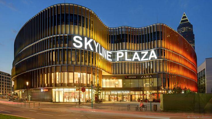 """Das Skyline Plaza ist das Zentrum des Europaviertels und gleichzeitig ein zentraler Treffpunkt in Frankfurt. Auf einer Verkaufsfläche von 38.000 qm finden die Kunden rund 170 Fachgeschäfte und Dienstleistungsbetriebe für alle Dinge, die das Herz begehrt.   Neben zahlreichen Shops bekannter Markenlabels bietet das Skyline Plaza ein großes Dayspa. Höhepunkt sind die """"Skyline Gardens"""": ein einzigartiges Naturareal auf dem Dach mit Restaurant, Spielplatz, Freizeiteinrichtungen und noch viel…"""