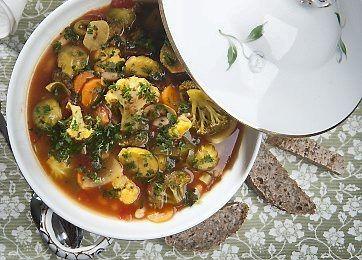 Krydret og velsmagende urtesuppe med hvide bønner, blomkål, broccoli og rosenkål. En dejlig vinterret, der både varmer og mætter!