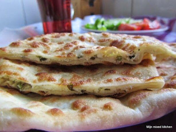 Peynirli gözleme (Turkse pannenkoekjes gevuld met kaas) smullen