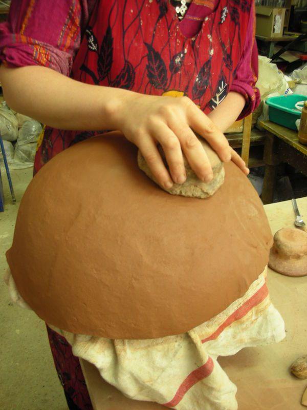 Formation de façonnage de poteries comme les potières africaines, construction d'un four papier et cuisson