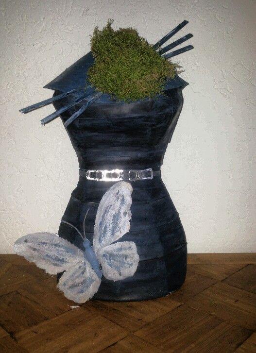 Creatief met fietsband, mos, lipjes van blikjes en  stukjes hout