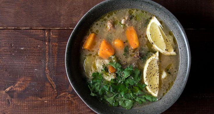 Κρεατόσουπα με λαχανικά από τον Άκη Πετρετζίκη. Μία πεντανόστιμη και εύκολη ζεστή σούπα με μοσχάρι, πατάτα, καρότο και σέλινο! Ιδανική χειμωνιάτικη σούπα!