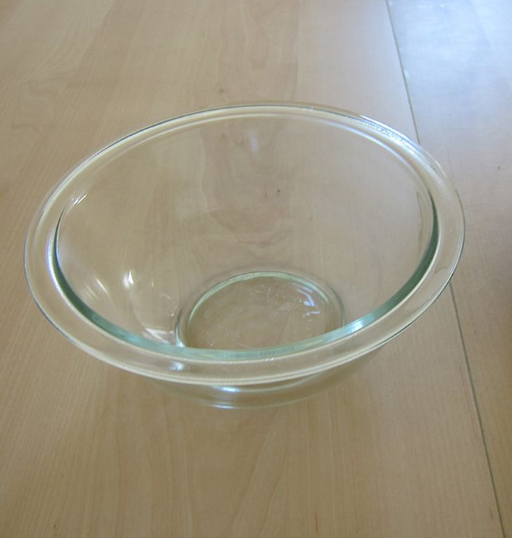 Quality Pyrex Bowl, Mid/ soup size, great for heating up meat. You know what they say about Pyrex, de best. Price: $1