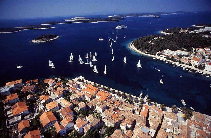 Plachtenie v Chorvátsku: Krásne priezračné more, množstvo ostrovov a ostrovčekov, nádherné útesy... Jedna z najkrajších destinácií na plachtenie. Vydajte sa počas vašej dovolenky na plachetnicu alebo jachtu a oddýchnite si na vlnách Jadranského mora s výhľadom na nádhernú prírodnú scenériu Chorvátska.