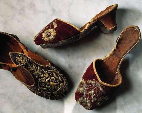 Embroidered ladies shoes, 1600-1650. Praktfulla damtofflor av röd sammet, broderade med guldtråd och fodrade med brunt skinn. Första hälften av 1600-talet. Ur Nordiska museets s...