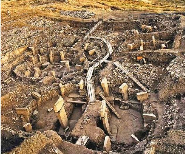 1.Göbekli Tepe kafa karıştırıcıydı çünkü, her şeyden önce tamı tamına 12.000 yaşındaydı!  Bu, insanlık tarihiyle ilgili bugüne kadar bildiğimiz her şeyi yerle bir ediyordu! Yazılmış on binlerce kitap ve yüz binlerce makaleyi çöpe attıracak bir bilgiydi bu!  Çünkü bugüne kadar yaptığımız arkeolojik kazılar ve buna dayalı olarak geliştirdiğimiz tarih bilimi, insanlığın 12.000 yıl önce henüz 'emekleme' çağına bile geçmemiş bir bebek olduğunu söylüyordu!