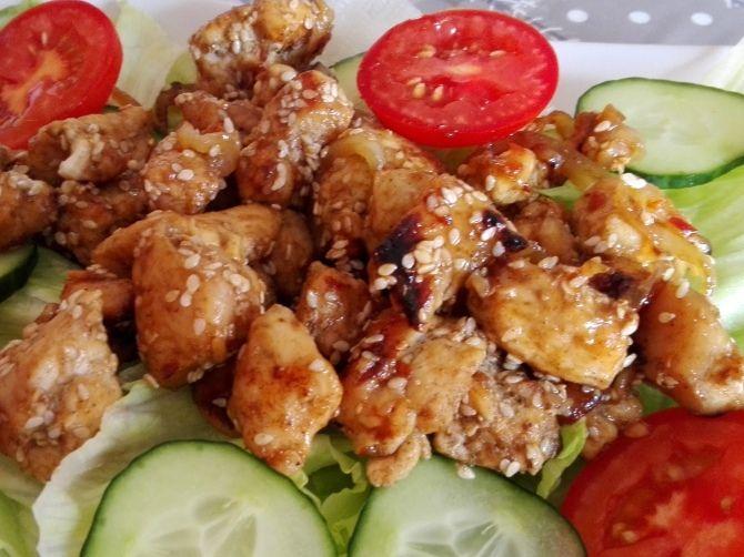 Szezámos, édes chilis csirke salátaágyon recept