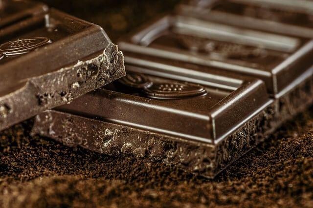Czy kiedykolwiek pomyślałaś o tym, że jedzenie czekolady może wpłynąć na niższą masę ciała? Zapoznaj się z nowymi i bardzo pozytywnymi badaniami!