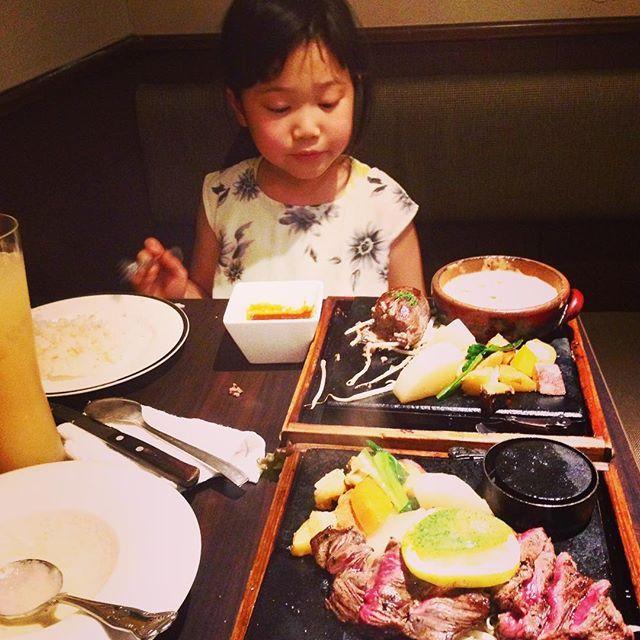 美味しかった〜〜✨付け合わせの野菜も◎✨👍昼間遊び疲れてテンション低い娘。でもよく食べる😅#ハンバーグ#グラタン#肉 #美味しかった #バーニャカウダ#ごぼうスープ #連休満喫#gw