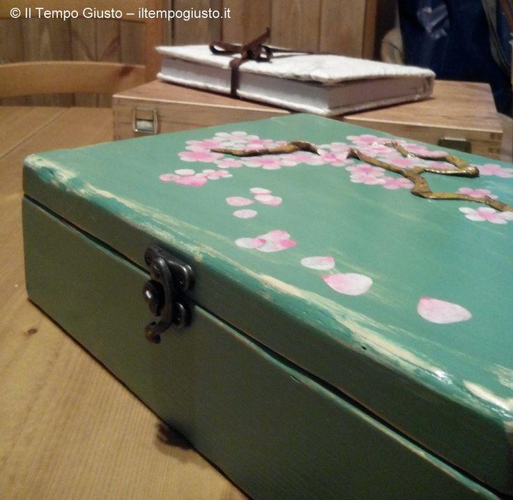 """*IT* Graziosa scatola di legno con ramo di ciliego in fiore (sakura: stile giapponese). Legno lavorato e dipinto a mano. *ENG* Pretty wooden box with a branch of cherry blossom (sakura: Japanese style). Worked and hand painted wood. *FR* Jolie boîte en bois avec une branche de cerisier en fleur(sakura: style japonais). Bois sculpté et peint à la main. - Puoi trovarmi anche su www.iltempogiusto.it, su Facebook (pagina """"Il Tempo Giusto""""), su Twitter (nebbioluna). Per contattarmi…"""
