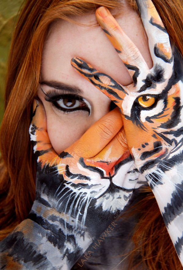insolite bodypainting femme main peinture tigre