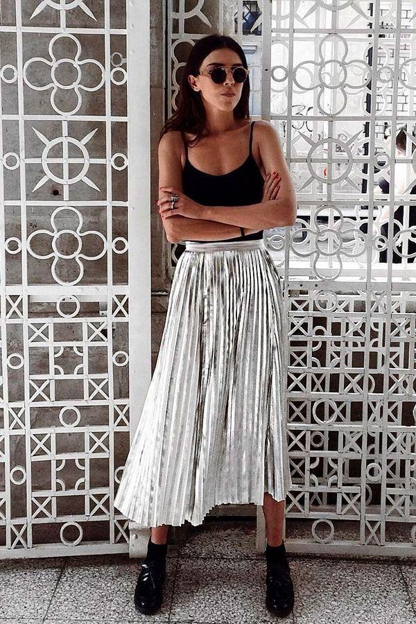 Street style look com saia plissada metálica e body.