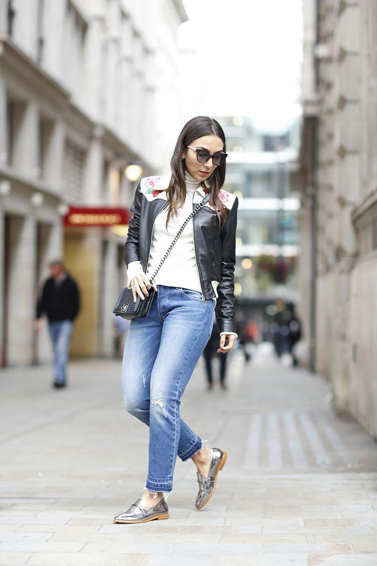 Look da Lalá Noleto com calça jeans, blusa branca, jaqueta de couro e mocassim metalizado