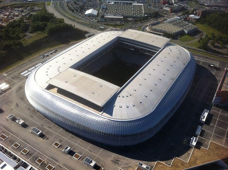 Estadio Pedro Mauroy - El Estadio Pierre-Mauroy es un estadio ubicado en la ciudad de Villeneuve-d'Ascq, Lille, Francia. El estadio tiene una capacidad de 50.186 espectadores y reemplaza al antiguo estadio del Lille, el Stadium Lille Métropole