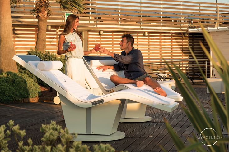 innovative green chaise longue / sunbed with minimal solar panel, always perfectly aligned to the sun, thanks to the solar energy and a sophisticated mechatronic system. Exclusive design and elegance for outdoor living, garden, swimming pool, resort, spa, yachts, hotel.