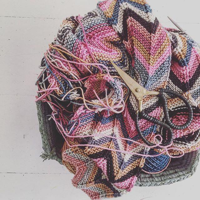 Knitting project: new shawl  #knit #knitting #shawl #yarn #anzula #anzulaluxuryfibers #forbetterorworsted #sticka #stickat #halsduk #garn #zickzack #zickzackscarf #knittersofinstagram