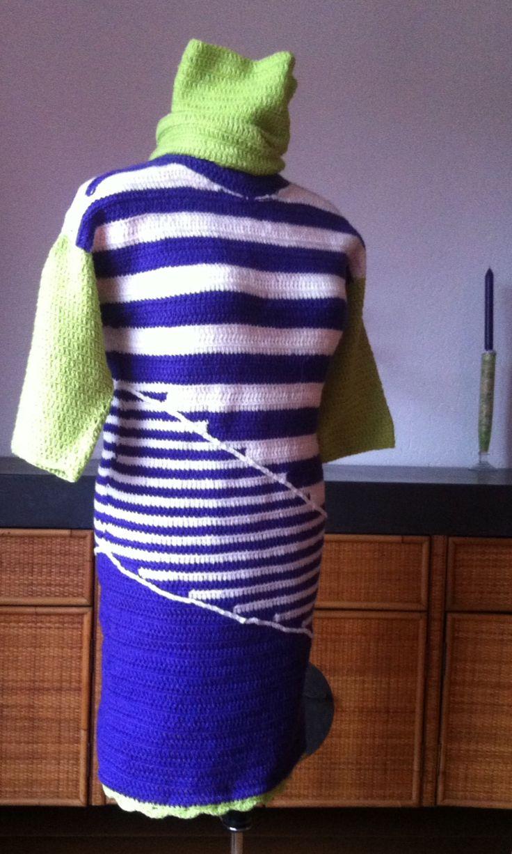 Haken. Voorkant jurk. Zonder patroon gehaakt in stokjes, paars (donkerder dan op foto), wit en limoen, losse col, witte diagonale ketting van lossen is er apart op geregen. Haaknaald 4, totaal ca. 700 g 100% acryl van Xenos, 14 st. 9 t. = 10x10 cm, 115 m/50 g.  Ik werd geïnspireerd door een machinaal gebreid jurkje van Pennyblack. Double crochet dress more purple than picture shows made by @CentLovesColour without pattern/tutorial and inspired by machine knitted Pennyblack dress. Winter…