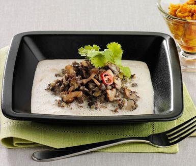 Ett underbart recept på krämig renskavsgryta med kryddiga hjortron - Lapplands nya landskapsrätt. Du gör grytan av bland annat renskav, äpple, shiitakesvamp, mynta och kokosmjölk. Passar perfekt till fest!