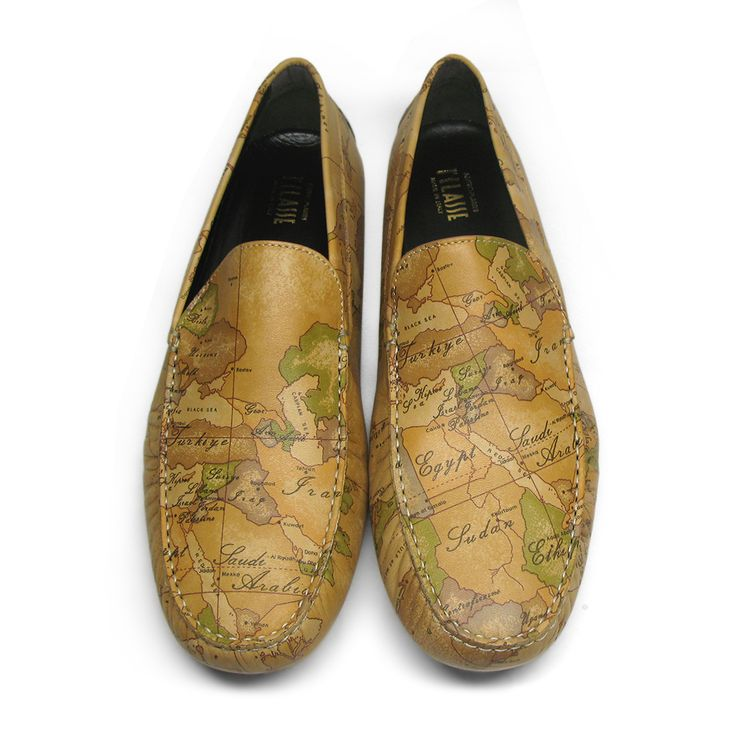 Iconic Geo Classic print Alviero Martini moccasins made of soft nappa leather. Essential lines and classic shape suitable for daily use.Size: 46.Made in Italy.