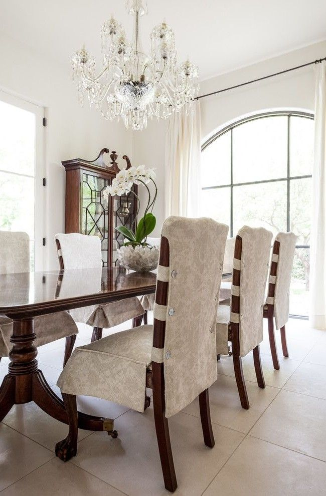 Элегантные светлые чехлы в классической гостиной