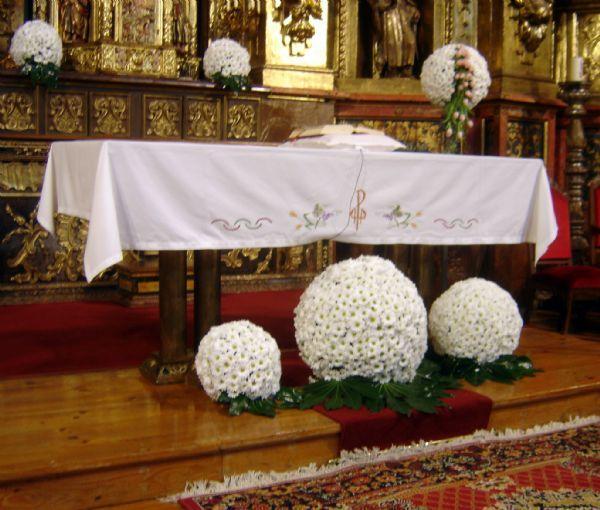 bolas de flores para la decoracion de la iglesia y ramo de novia
