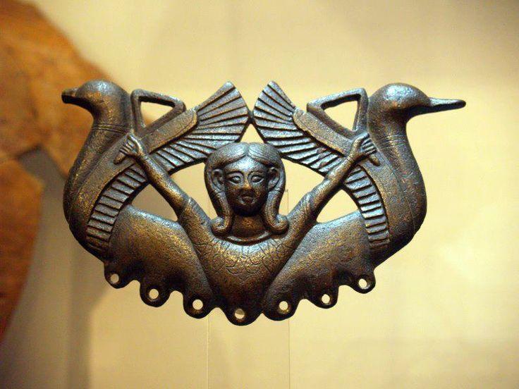 IBERIA - El Bronce Carriazo de Tartessos. Reproduce a la diosa Astarté, de origen fenicio, portando dos flores de loto o sistros triangulares, parecidos a los que se empleaban en las celebraciones en honor a Hathor, en Egipto. Si bien las aves que la flanquean son de influencia centroeuropea, el peinado o las flores de loto, entre otros, pertenecen a la cultura egipcia. Esta confluencia de elementos culturales es frecuente en los productos destinados a la élite tartésica.