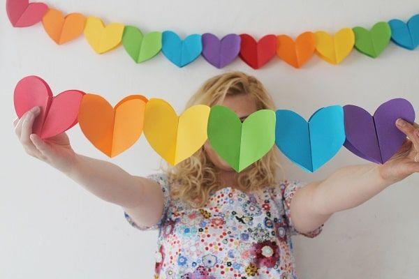 Guirnalda de corazones de papel. Guirnalda de corazones de papel para decorar el salón de la fiesta de cumpleaños de tus niños, haz esta manualidad fácil y útil para utilizarla también para la decoración de tu hogar el día de tu cumpleaños, inclusive decora tu casa el día de San Valentín con esta Guirnalda de corazones de papel. Materiales: – Papel – barra de pegamento – Tijeras Procedimiento: 1. Haz una plantilla de la forma que desees y dobla la hoja de papel por la mitad. 2. Ahora haz una…