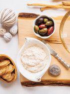 Trempette chaude au fromage Recettes   Ricardo Ajoutez-y un petit ingrédient fort comme des piments jalapeno ou bruschetta et coeurs d'artichauts