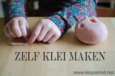 Vandaag een recept om zelf klei te maken. In veel kleuterklassen vind je de zogenaamde speelklei. Emmertjes met chemisch ruikende, felgekleurde staven klei. Het eerste dat je kinderen leert als ze ermee gaan werken, is dat het gekneed moet worden. En dat valt niet mee! Voordat deze fabrieksklei zacht wordt, heeft die een stevige hand [...]