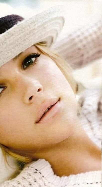 Nude lips and black eyeliner. Love this look! Keep your makeup natural at Beauty.com.