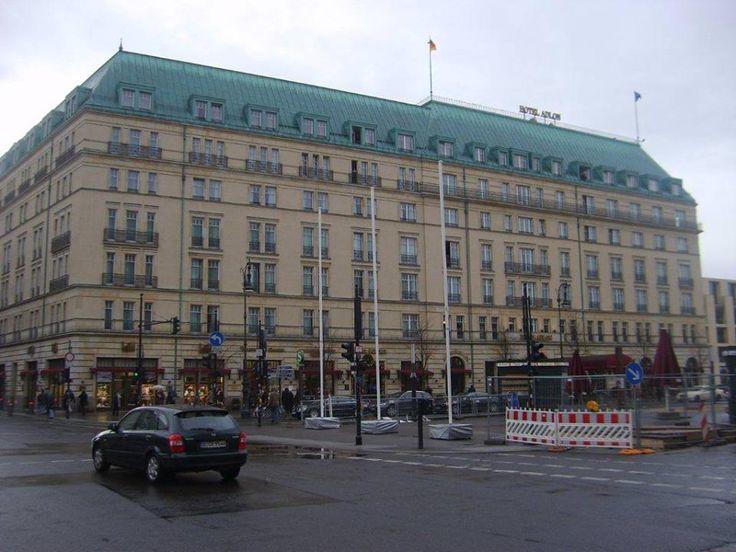 Yorgunluktan ayaklarımız kopmak üzere, çay içmek için meşhur Adlon Oteli'ne gidiyoruz. Burası klasik ve tarihi bir otel. Kahveler içimizi ısıtıyor... Daha fazla bilgi ve fotoğraf için; http://www.geziyorum.net/berlin-3-gun/