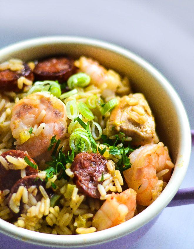 Klassisches Chicken and Seafood Jambalaya mit Chorizo -  Soulfood der cajun und kreolischen Südstaaten-Küche, Reisgericht, Eintopf,