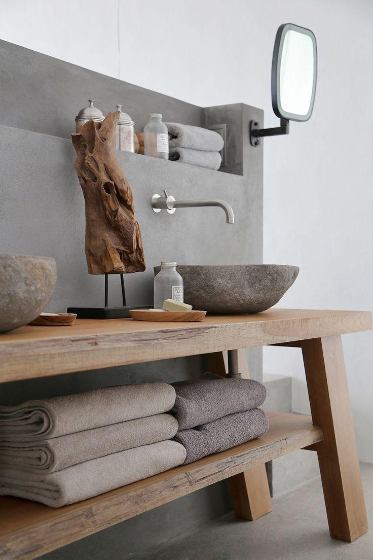 Sommer auf Syros - ARCHITECTURAL DIGEST - Stein Waschbecken auf rustikalem Holz Waschtisch - eine tolle Idee für das Bad.