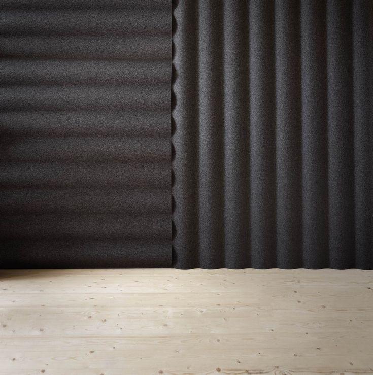 """Med Scala gör den prisbelönta formgivaren Anya Sebton en lekfull parafras på korrugerad plåt samtidigt som hon utnyttjar formens funktionalitet. """"Inspirationen kommer från alla dessa hus på Island, där inte bara taken utan också fasaderna, är täckta av korrugerad plåt. Det födde tanken på att föra in formen i rummet"""", berättar Anya Sebton. Designen på …"""