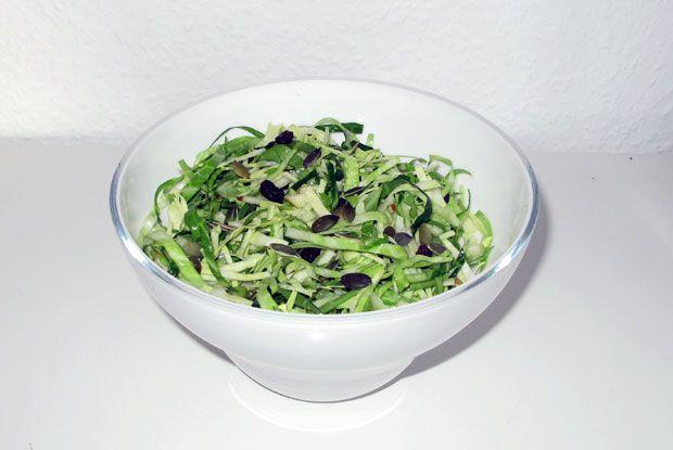 Saftig og sprød salat med spidskål, æbler og rosiner. En oplagt erstatning for klassisk råkost med gulerødder. Perfekt tilbehør til frikadeller og rødspætte.