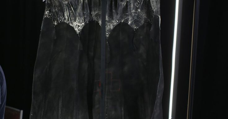 Cómo hacer una capa de Batman. Si deseas hacer un traje de Batman para ti mismo o para alguien más, la capa es una parte vital del traje. Hacer esta parte del disfraz de Batman es un poco diferente al resto, ya que esta posee la parte inferior ondulada o arqueada. Sin embargo, el resto de la capa puede hacerse de manera similar a las de otros superhéroes.