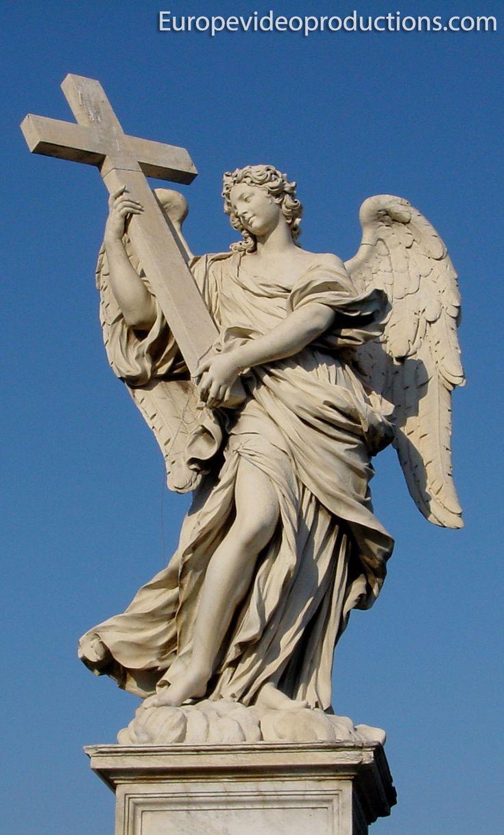 Estatua del Ángel de la Cruz en el puente de Sant'Angelo en Roma, Italia